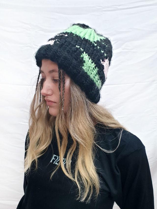Bonnet rose, vert, noir